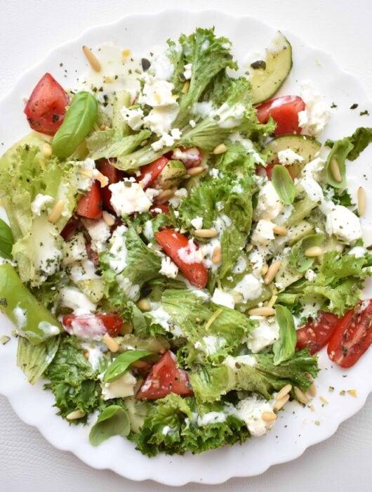 sałatka z pomidorem ogórek papryka feta dressing jogurtowy salad with tomato cucumber paprika and yoghurt dressing