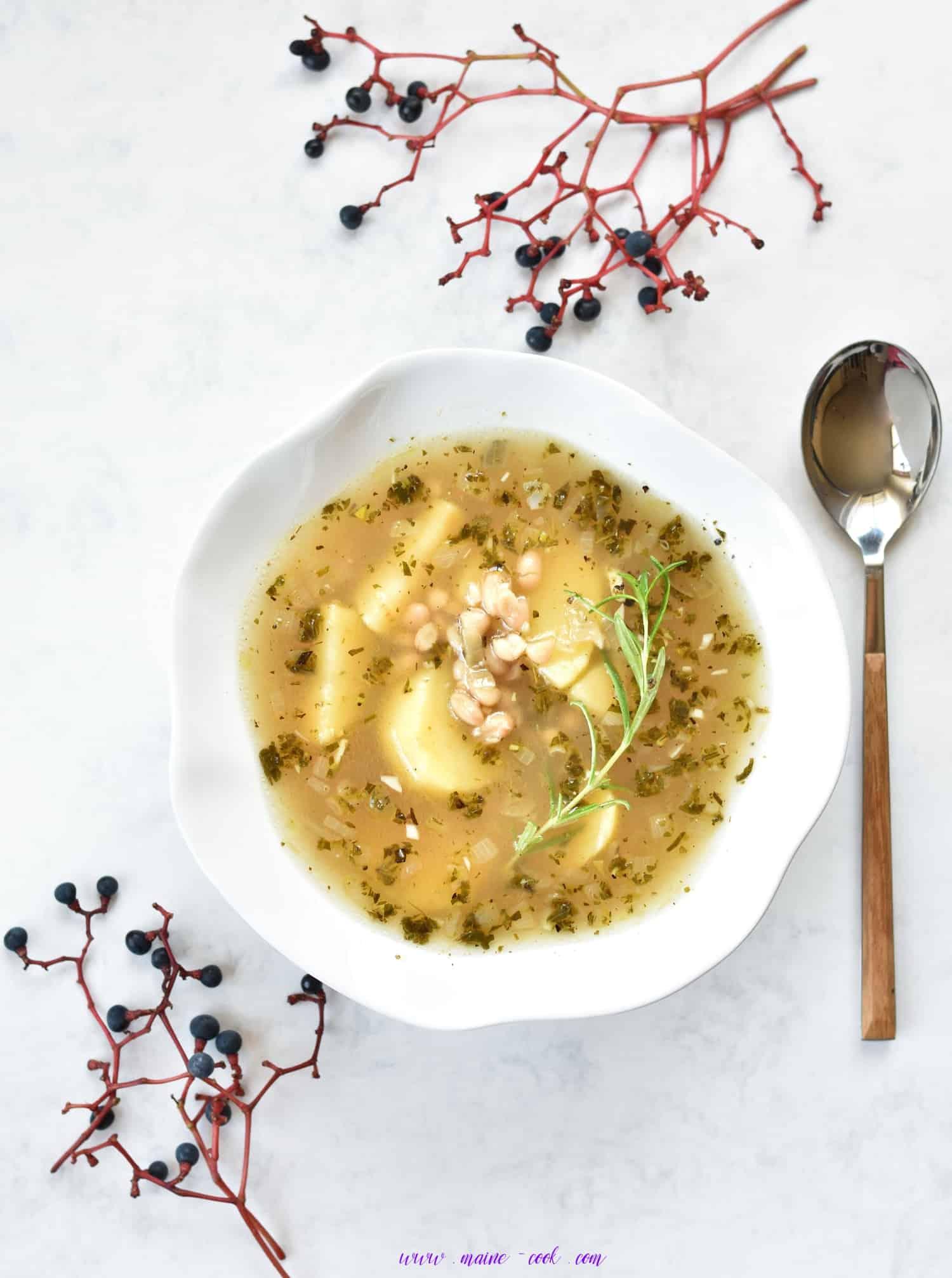zupa z fasolą, ziemniakami, czosnkiem i rozmarynem white bean ,potato, garlic and rosemary soup Weiße Bohnen Suppe mit Kartoffeln knoblauch und rosmarin