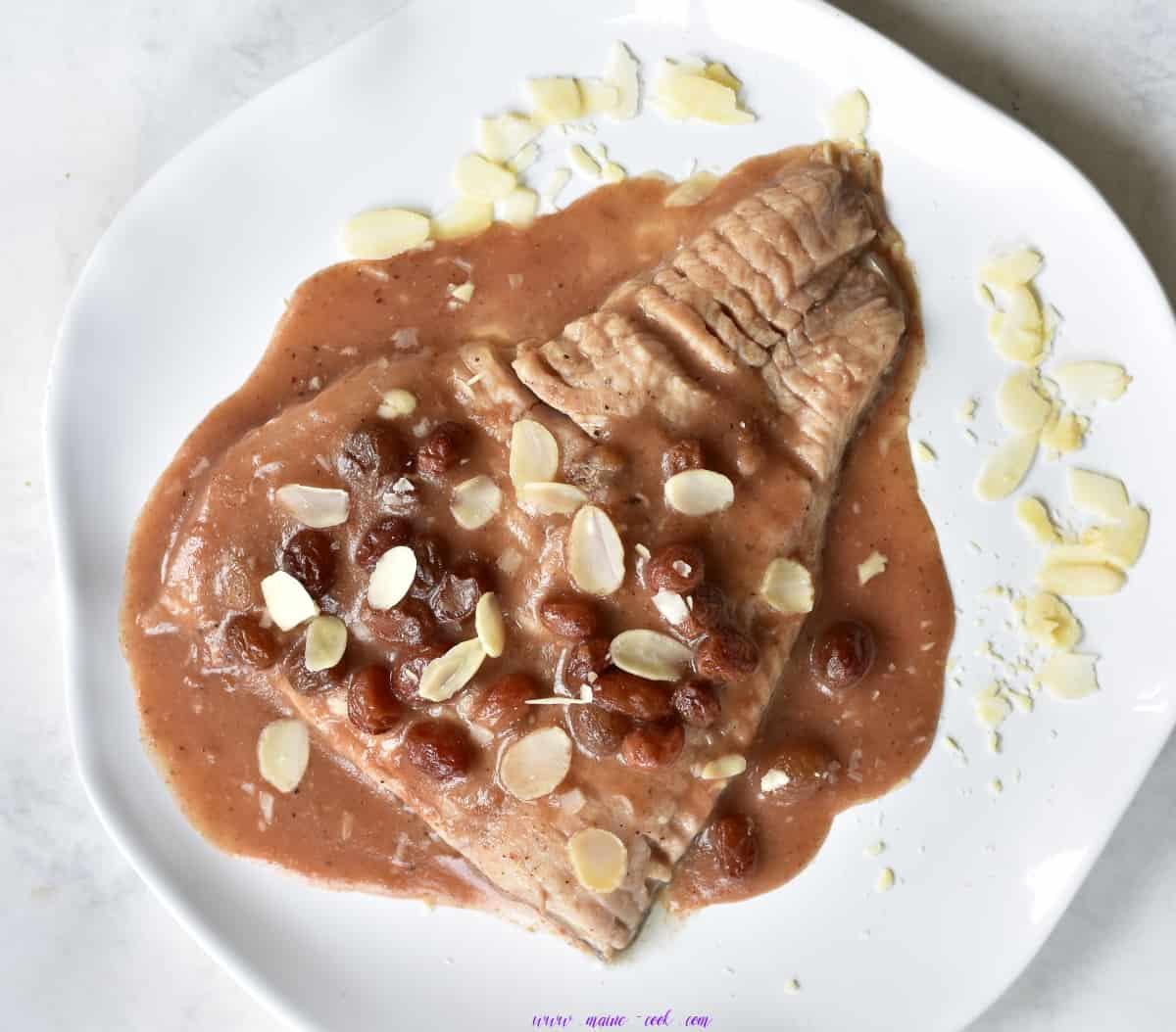 karp w staropolskim sosie szarym (sos piernikowy z rodzynkami i migdałami) carp in old polish gray sauce (gingerbread, almond and raisin sauce)