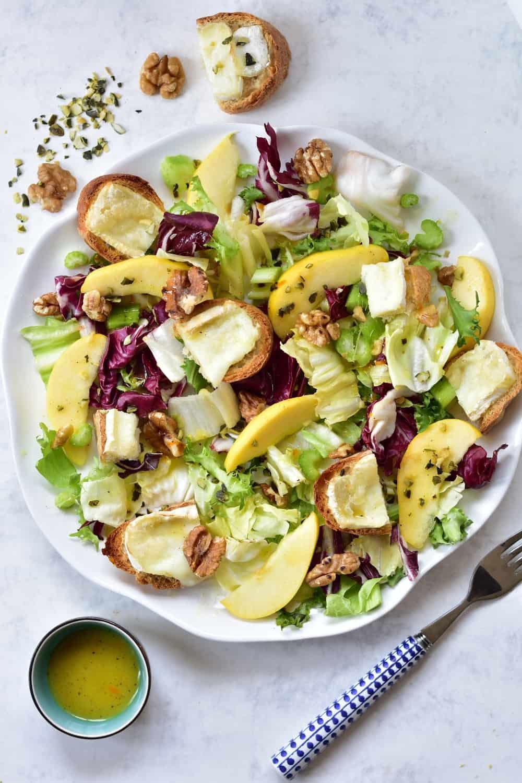 Sałatka z selerem naciowym, jabłkiem, orzechami włoskimi i kozim serem Celery, apple, walnuts and goat's cheese salad