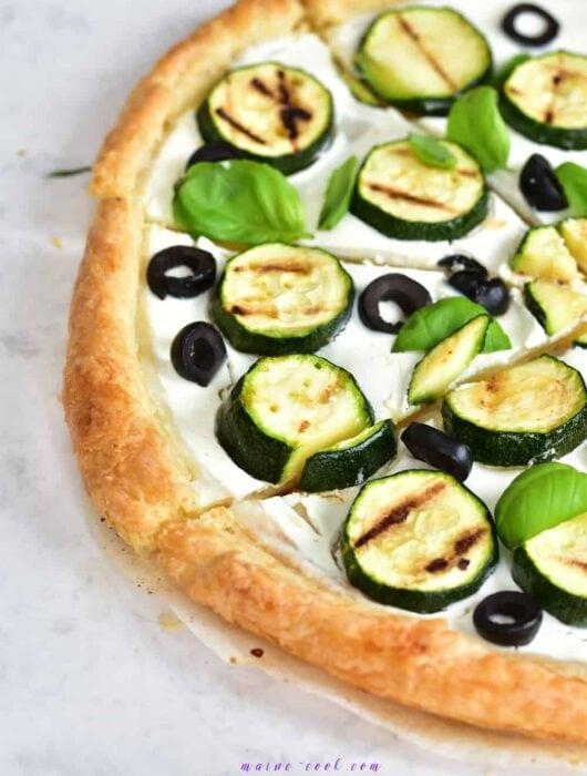 tarta z ciasta francuskiego z grillowaną cukinią, oliwkami i kozim serem puff pastry grilled zucchini, olives and goat's cheese tart
