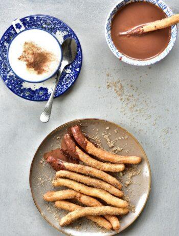 Churros z sosem czekoladowym Churros with chocolate sauce