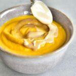 sos orzechowy na zupie marchewkowej