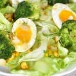 Sałatka z jajkiem, brokułem i kukurydzą z sosem musztardowo-miodowym