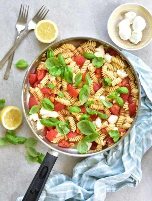 Makaron Caprese czyli z pomidorami, mozarellą i bazylią Pasta Caprese - tomatoes, mozarella and basil pasta