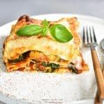 Wegetariańska lasagne z cukinią i szpinakiem Vegetarian lasagna with zucchini and spinach