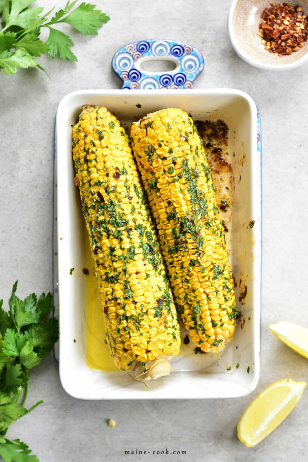 Pieczona kukurydza z ziołowym masłem z chilli Oven-roasted corn on the cob with herb and chilli butter