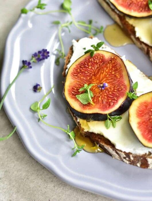 Kanapka z figami, serkiem kozim, miodem i tymiankiem Fig, goat's cheese, honey and thyme sourdough toast www.maine-cook.com 1