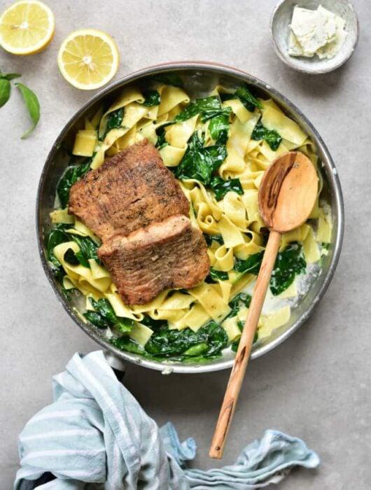 Makaron z sosem z gorgonzoli, szpinakiem i rybą