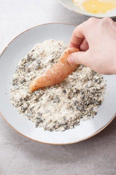 Polędwiczka z kurczaka maczana w mieszance bułki tartej i posiekanych pestek dyni
