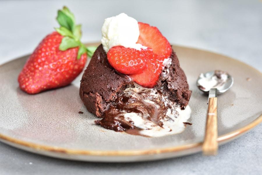Fondant czekoladowy - ciasto czekoladowe z płynnym środkiem z truskawkami i bitą śmietaną
