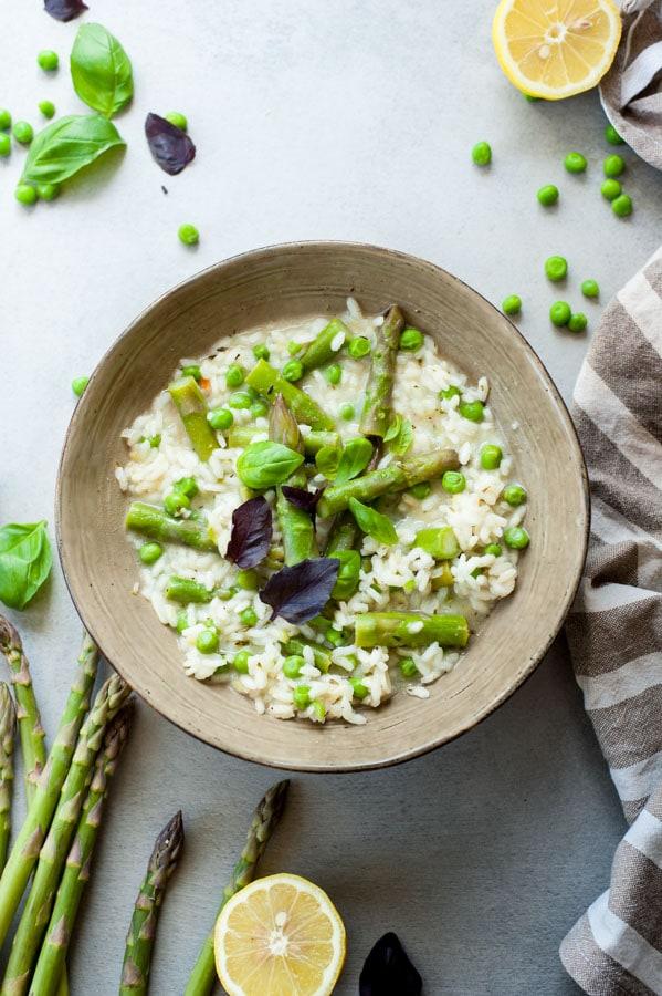 Cytrynowe risotto ze szparagami i zielonym groszkiem