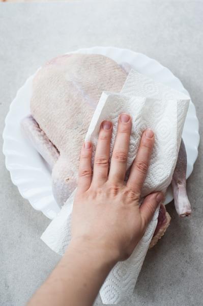Kaczka osuszana ręcznikami papierowymi