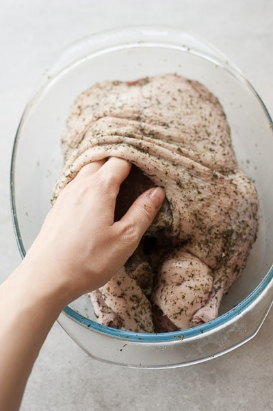 kaczka nacierana solą i przyprawami pod skórą