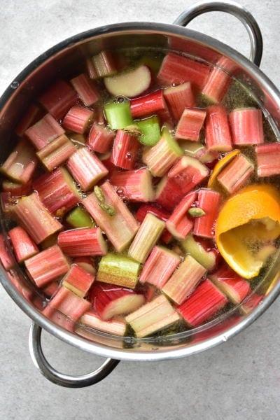 Kompot z rabarbaru w garnku w trakcie gotowania