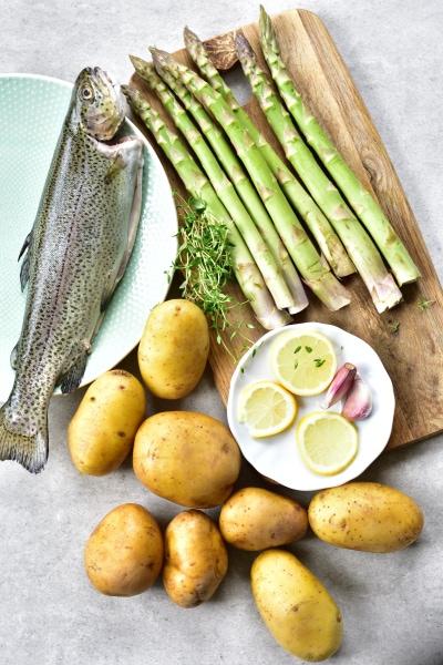 Składniki potrzebne do przygotowani piczonego pstrąga z ziemniakami i szparagami