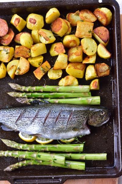 Ziemniaki, szparagi i ryba na blaszce do pieczenia