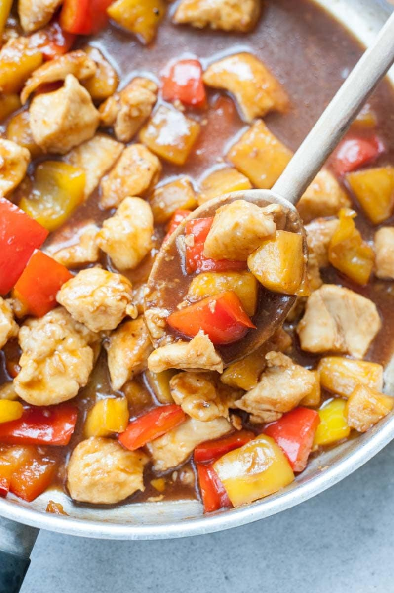 kurczak w sosie słodko-kwaśnym z ananasem i papryką