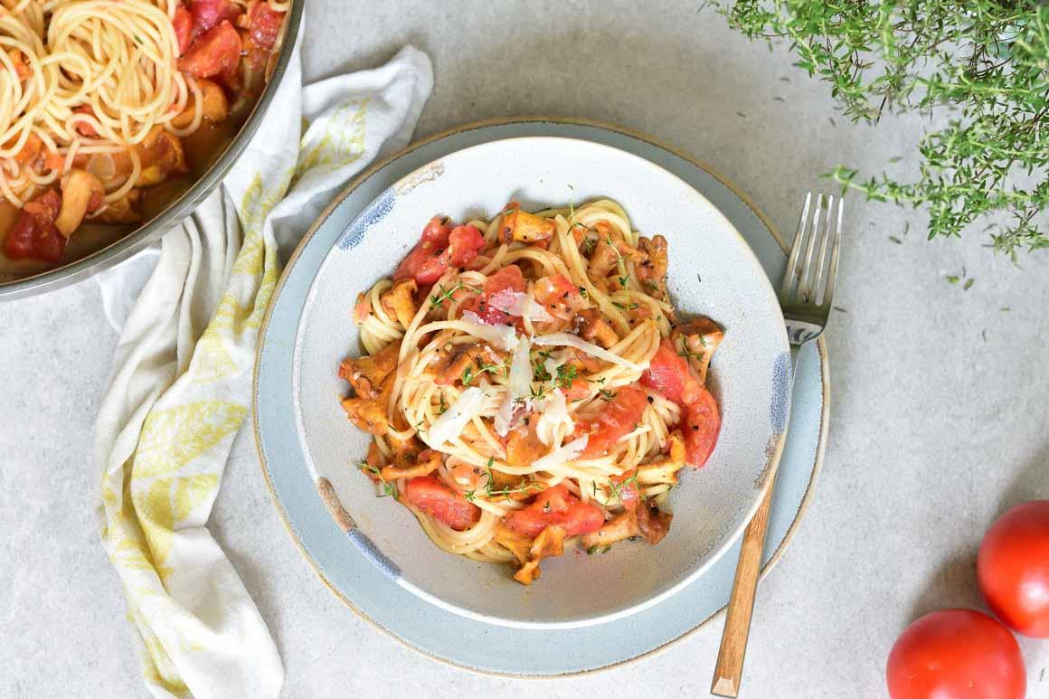 makaron z kurkami i pomidorami