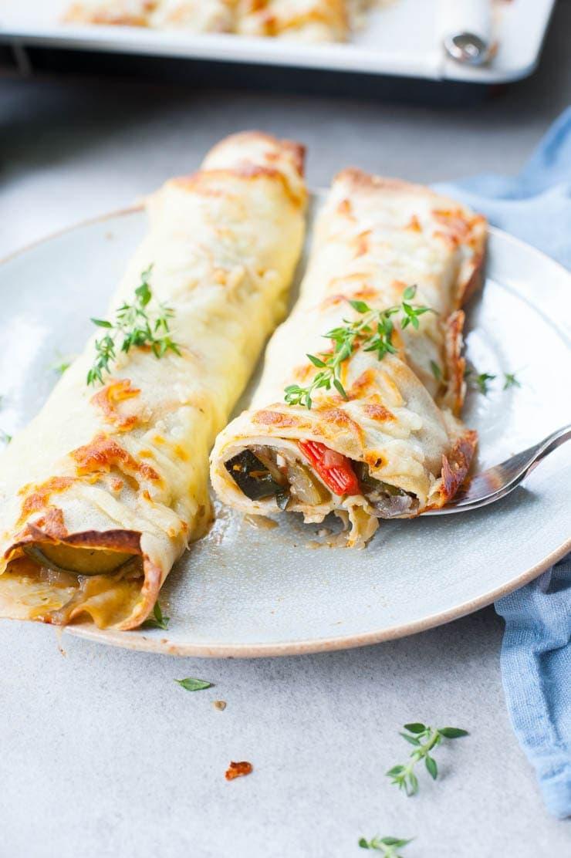 Naleśniki z warzywami i serem (naleśniki z ratatouille) przekrojone na pół
