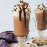 Kawa mokka z bitą śmietaną i sosem czekoladowym.